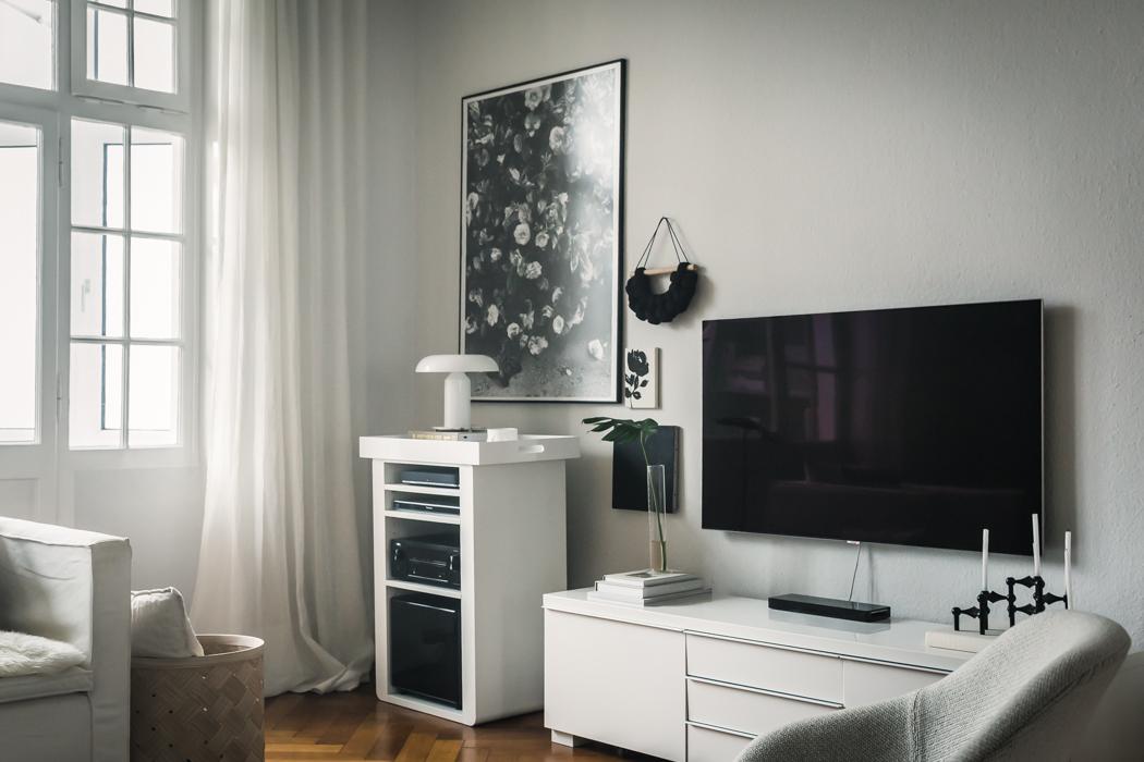 8 modi per decorare intorno a una TV a schermo piatto